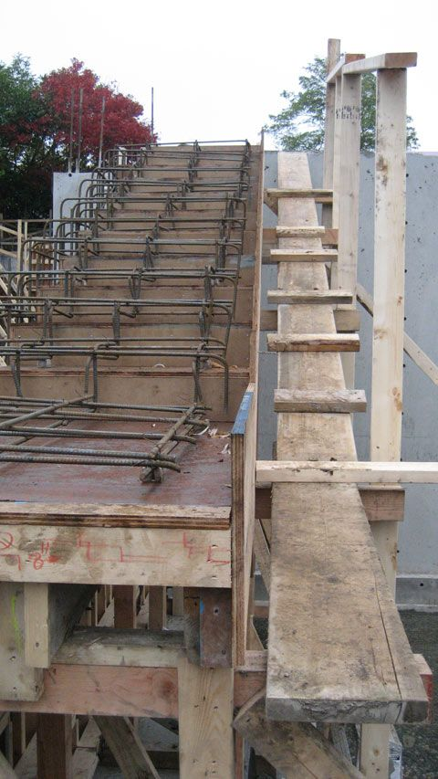Concrete Reinforcing Steel Detailing : Cantilevered concrete stair formwork and reinforcement