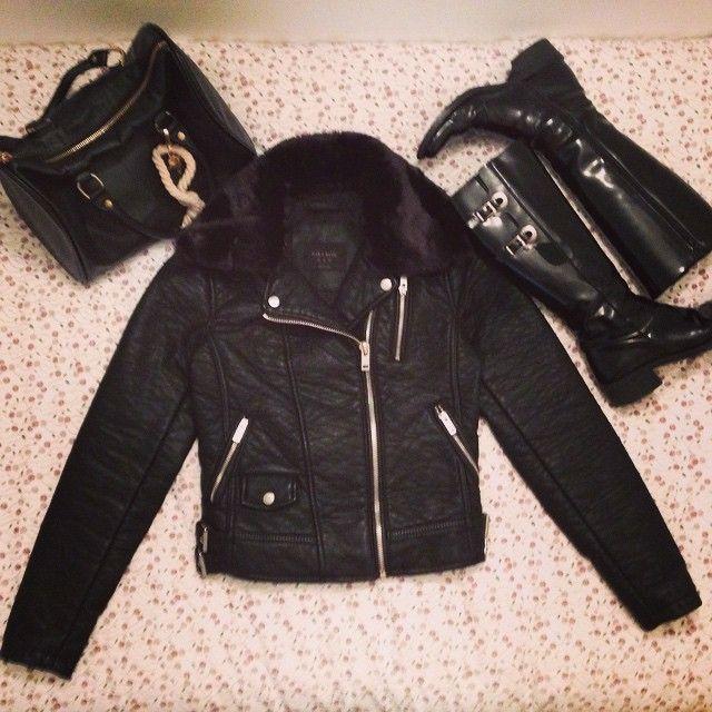 Las ganas que tenía de estrenar esta cazadora y por fin...¡ha llegado el día! La parte buena de que llegue el frío es poder estrenar todas las cosas que lo estaban esperando  #ideassoneventos #imagenpersonal #imagen #moda #ropa #looks #vestir #wearingtoday #hoyllevo #fashion #outfit #ootd #style #tendencias #fashionblogger #personalshopper #blogger #me #lookoftheday #streetstyle #outfitofday #blogsdemoda #instafashion #instastyle #frío #cazadoracuero #botas #bolso #negro #black