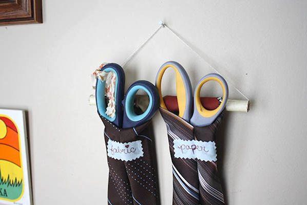 Gravatas antigas usadas para guardar tesouras.