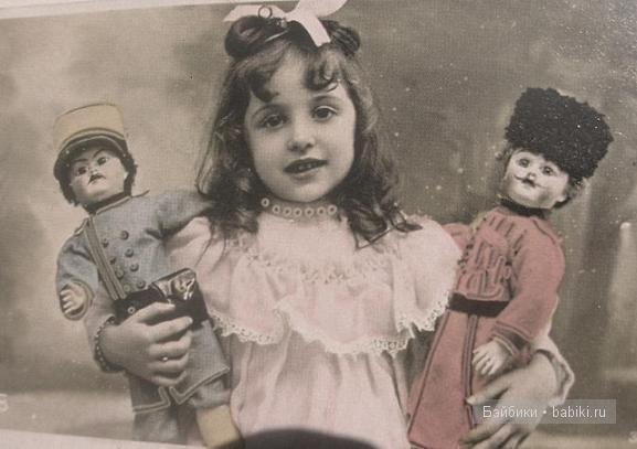 Девочка с куклами-солдатами。 with a doll