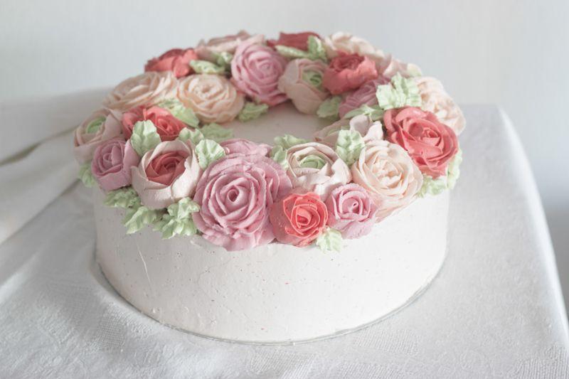 Cake Design Ulm : Ein Blumenkranz aus Buttercreme - eine Hochzeitstorte mit ...