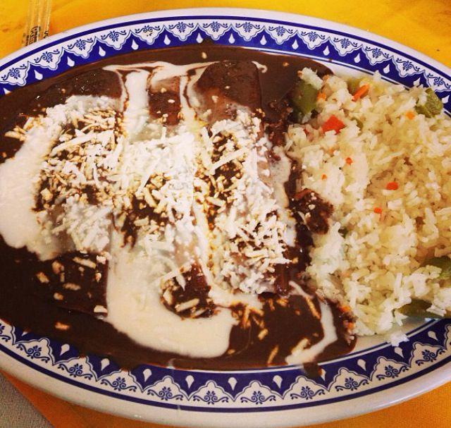 Enchiladas de pollo en mole negro de Oaxaca y arroz blanco!!