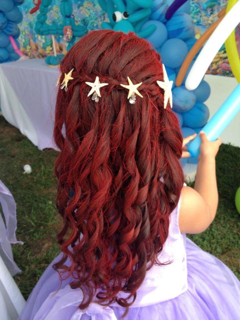 Peinado de sirenita con pintura roja.