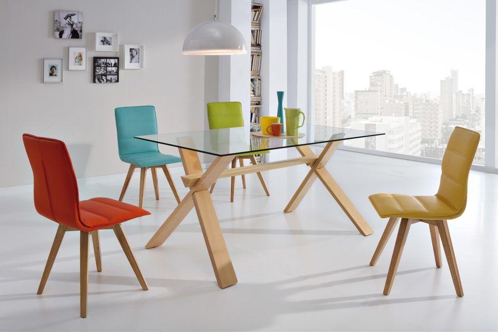comedores-modernos-mesa-cristal-patas-madera-sillas-colores ...