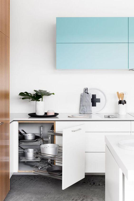 Association de blanc laqu et de bleu ciel dans la cuisine d co et am nagement cuisine - Cuisine bleu ciel ...