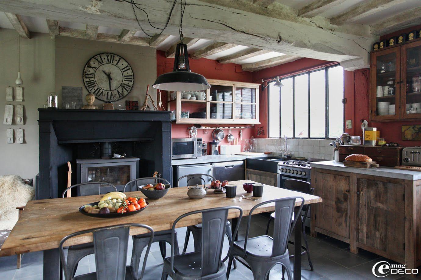 Table de cuisine composée d\'une porte ancienne en orme et d\'un ...