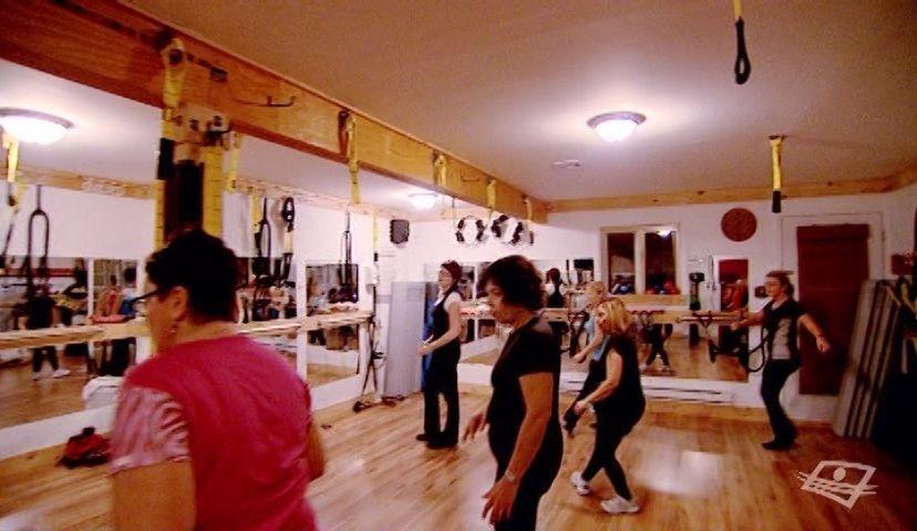 ZUMBA - L'expérience La zumba ou danse aérobique latine devient de plus en plus populaire au Québec. Cette nouvelle tendance en matière de mise en forme s'inspire des danses latines et de leur ambiance festive. Une mère de famille se laisse aller au rythme de la salsa et du mambo en compagnie de sa fille.