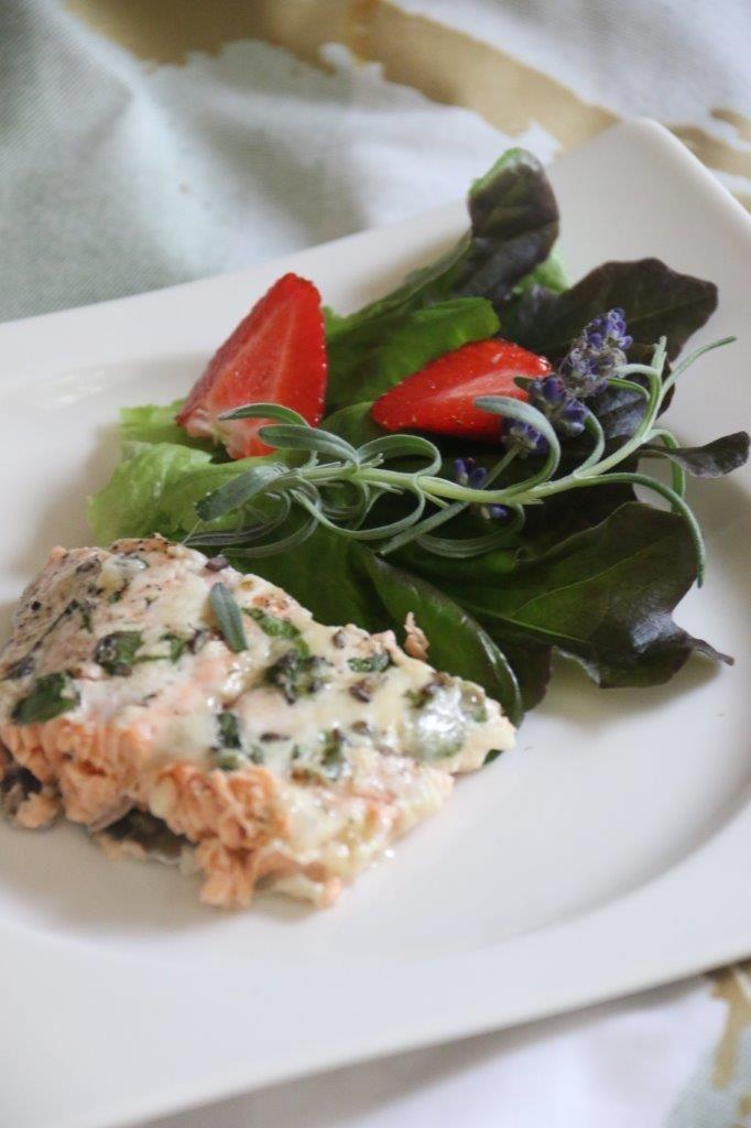 Laventelilohi sekä mansikoilla ja laventelilla maustettua salaattia