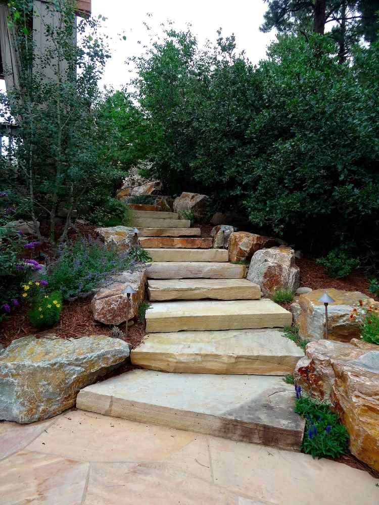 Escalier en pierre et marches dans le jardin d co et for Marche escalier exterieur jardin