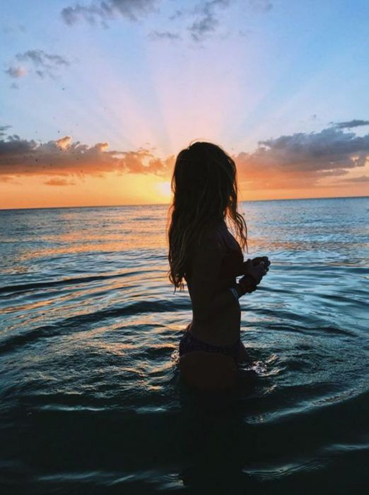 17 Poses que necesitas intentar para tus fotos de playa