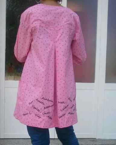 Bonito regalo para una maestra: Todos los nombres de sus alumnos bordados en la bata de ume2010.  Ya no te los quitas de encimaaaa :)