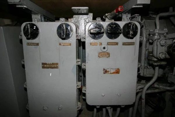 The calculated gyro angle – together with the torpedo spread angle – was transmitted by means of selsyn links to the gyro angle receivers that were located in the forward and aft torpedo rooms.  The active gyro angle receiver was selected by means of the right hand rotary switch located on the aiming subsystem control box front panel, which was installed in the control room (under the chart table).
