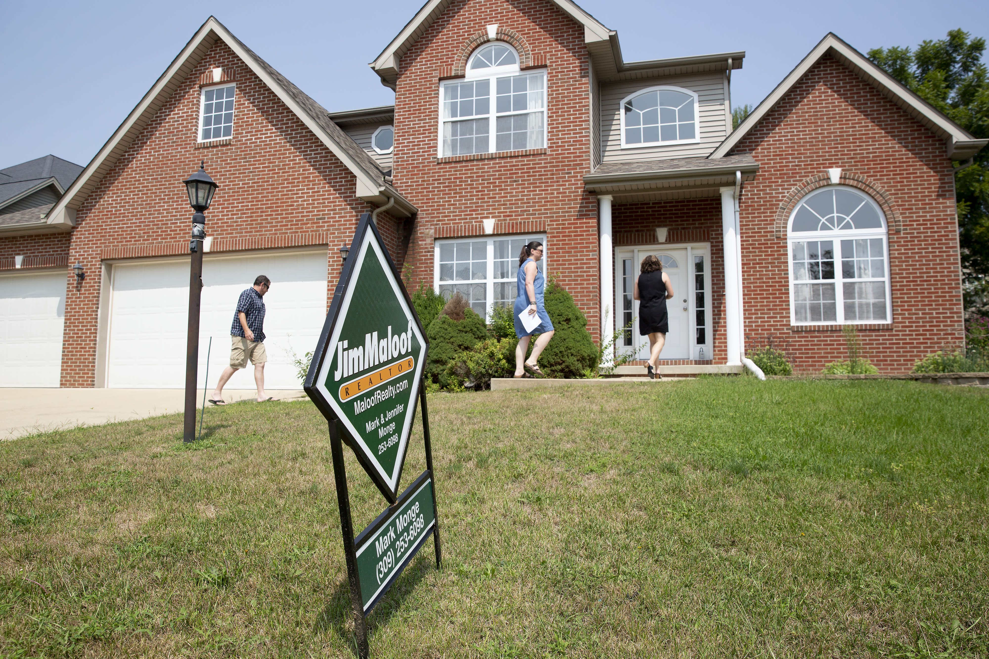Weekly mortgage applications pull back as rates edge