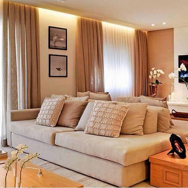 Dois sofás iguais de costas um para o outro, um para a Sala de TV e outro para a…