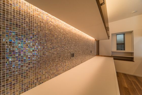 吊戸棚を壁から浮かして そのスキマに間接照明を仕込んでいます