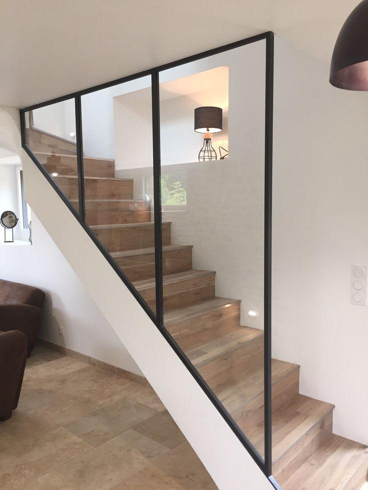 Verrière acier brut sur escalier béton recouvert de lames de parquet