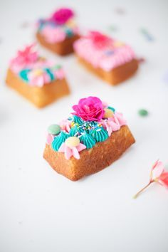 Flower topped mini party cakes | Coco Cake Land