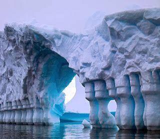 Las Columnas del Canal de Lemaire.   Esta es una genial obra de arquitectura natural; gracias a las corrientes que van cincelando el hielo se dan estas formas tan asombrosas como se ve en la imagen.