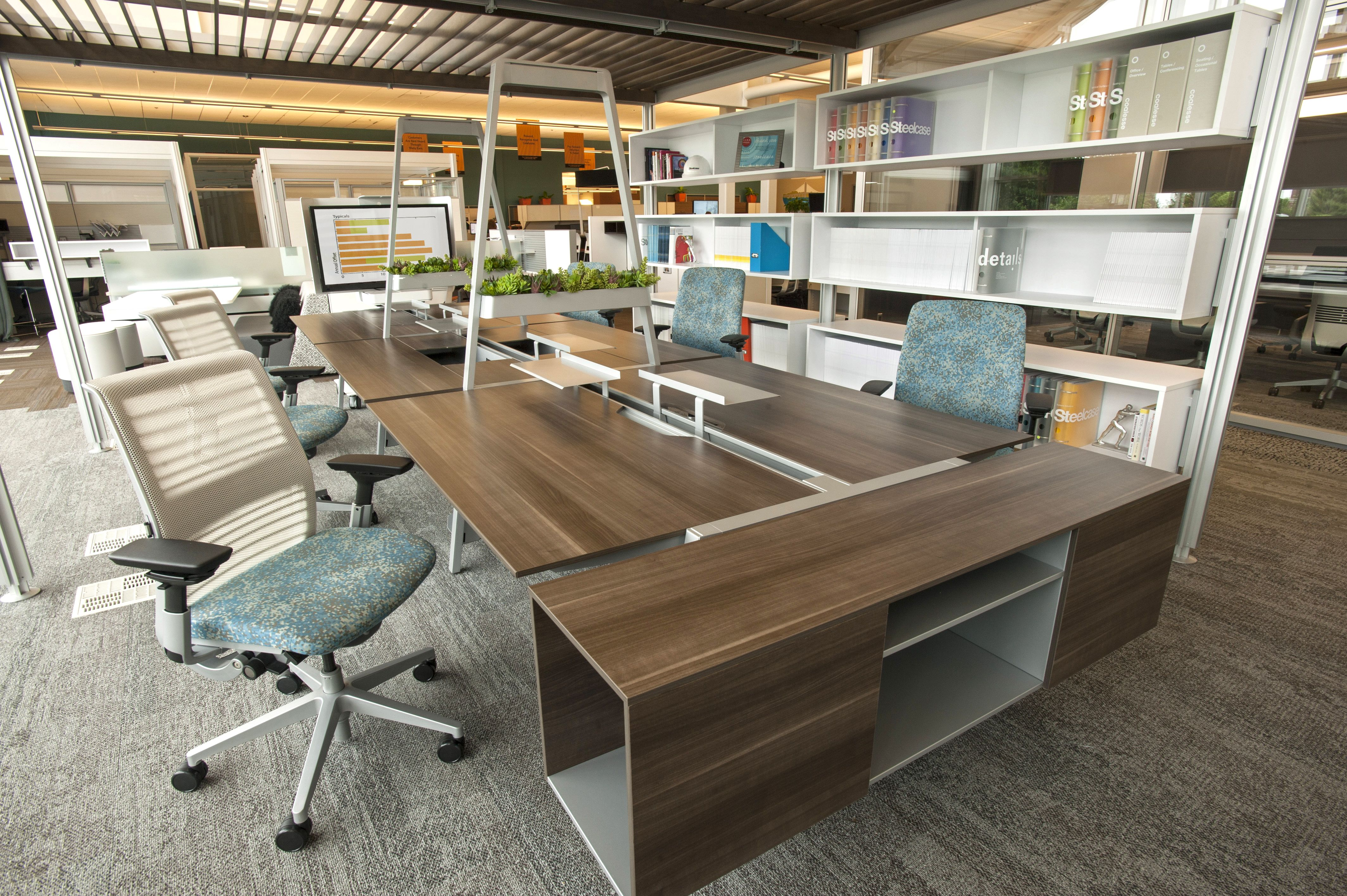 Steelcase Post & Beam creates a perfect setting for mobile workers