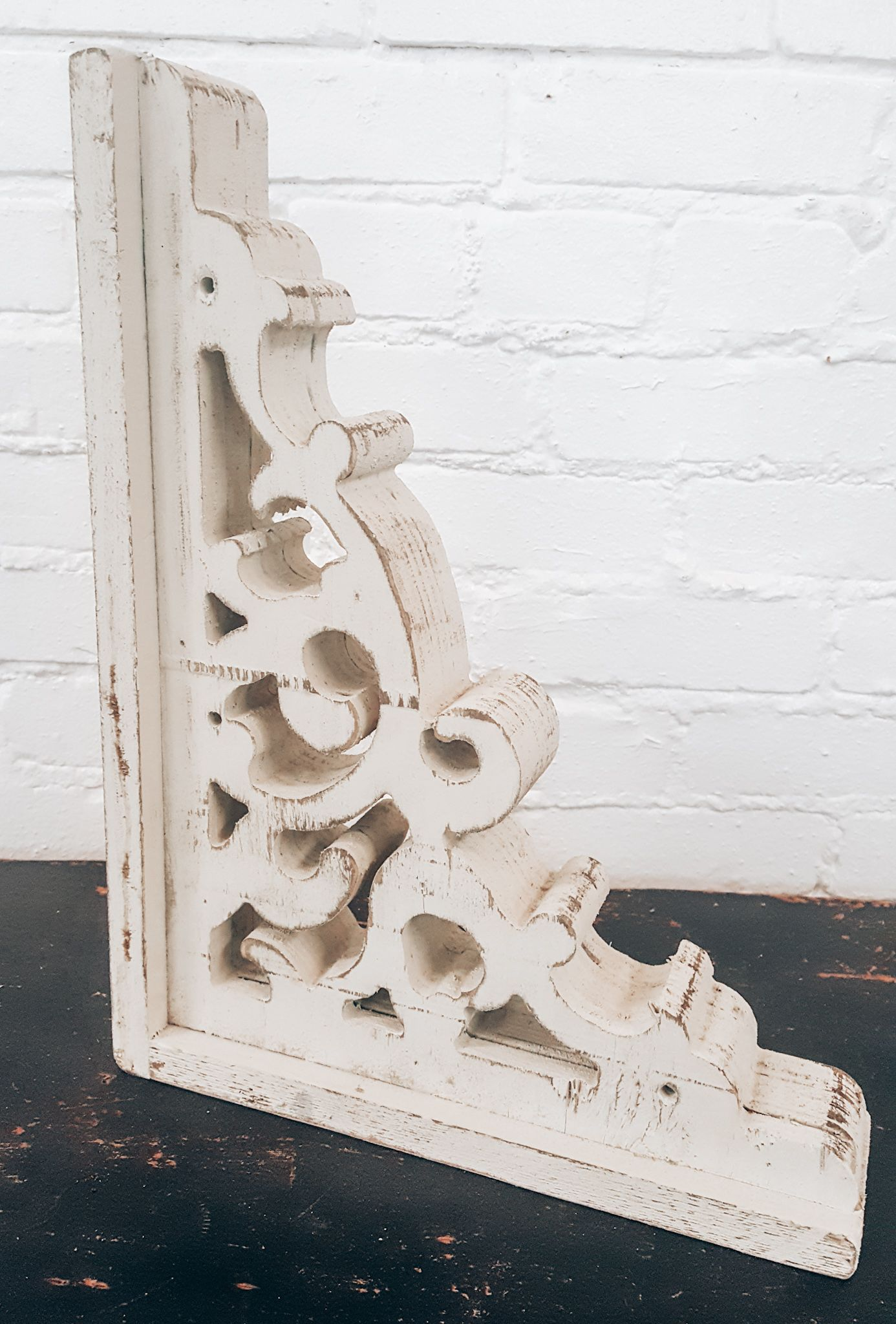 This White Distressed Corbel Will Bring The Farmhouse Style To Your Shelving Add It To Any Space Visit Our Websi With Images Corbels Beach House Interior Farmhouse Decor