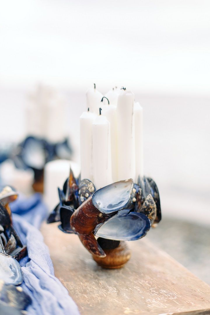 Beach wedding table setting + candles in mussel shell candle holder | fabmood.com #weddingtable #weddingtablescape #tablesetting #beachwedding #beachtablescape #oceanblue #mistyblue #mistygrey