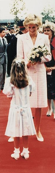 1989-07-27 Diana visits Manorlands, the Sue Ryder Home for Cancer Patients, in Oxenhope, West Yorkshire