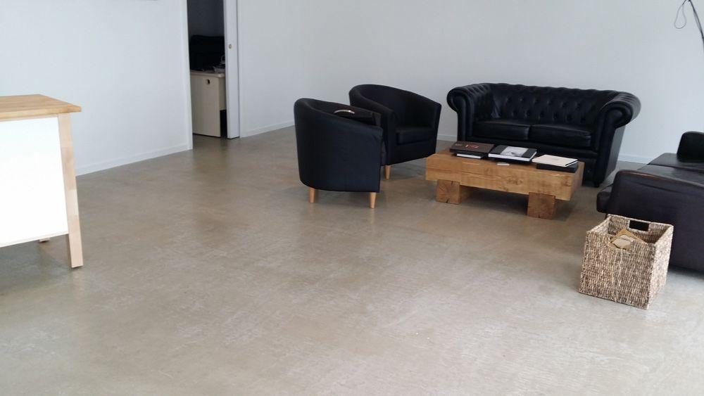 loft original avec un sol r sine aspect b ton cir sol. Black Bedroom Furniture Sets. Home Design Ideas