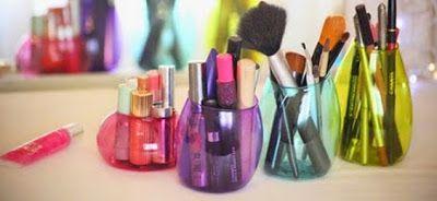 http://www.solountip.com/2015/05/porta-accesorios-de-maquillaje-reciclando-botellas-PET.html
