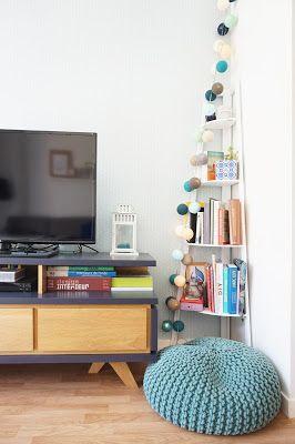 petit salon, meuble télé bois et gris, pouf bleu, bibliothèque angle, guirlande