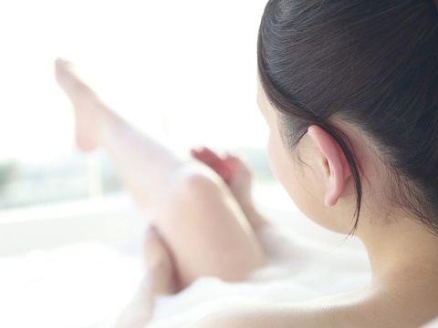 エクササイズやマッサージの時間をわざわざ取るのは難しい。そんな方は、お風呂タイムを有効に活用してみましょう。入浴中はエクササイズ効果が高まりやすいだけでなく、入浴自体にダイエット効果も期待できます。専門家監修のもと、お風呂でできる簡単太ももダイエットをご紹介します。
