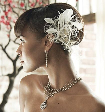 chignon mariage avec plumes Coiffures de mariage noir