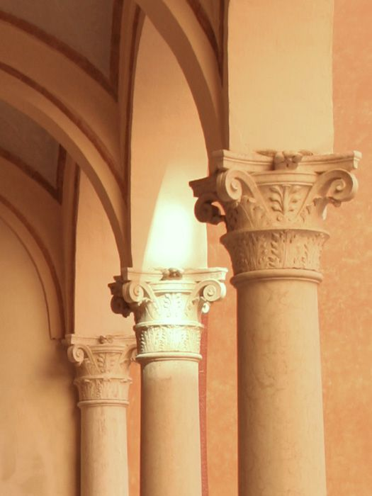 Particolare del colonnato nel cortile interno di Palazzo Arrivabane  - anno 1481
