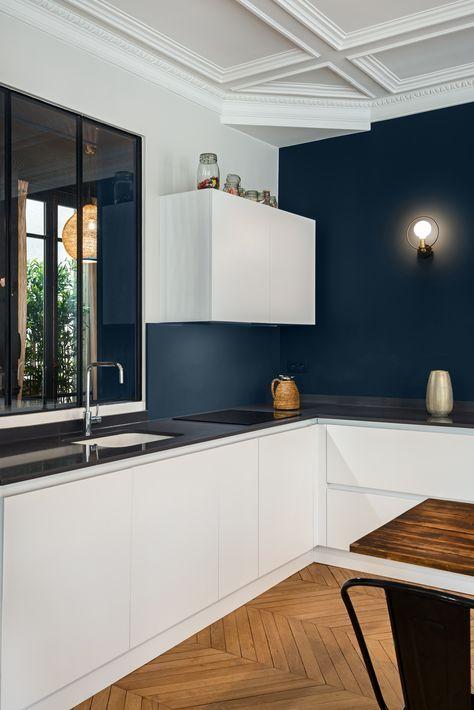 Rénovation appartement haussmanien avec création de la cuisine dans la pièce principale jeux de contraste