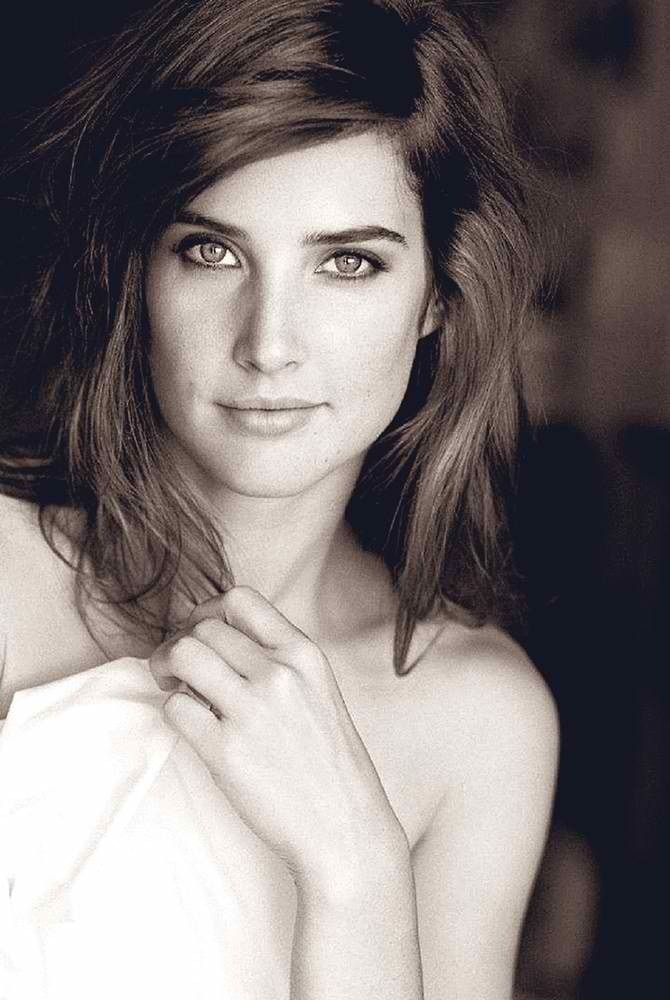 Cobie Smulders is beautiful... Extremely attractive...Mm...