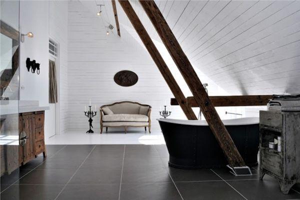 een prachtige badkamer met houten balken en een zwart bad | a ... - Bad Balken
