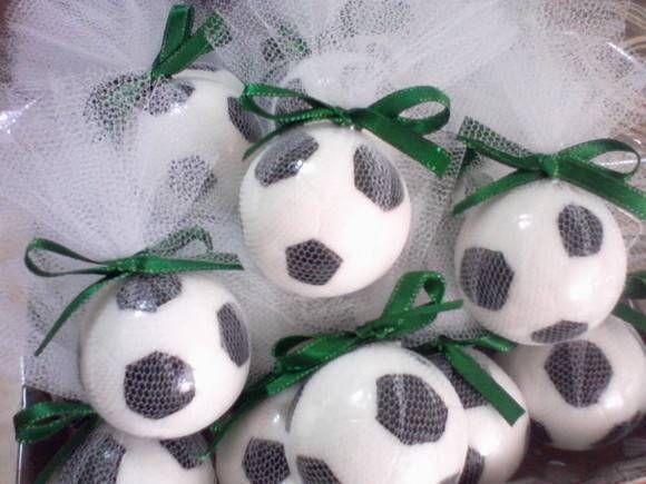 68efd38d9 Sabonete no formato de MEIA bola de futebol. Pintada à mão. Vem embalada em  plástico filme
