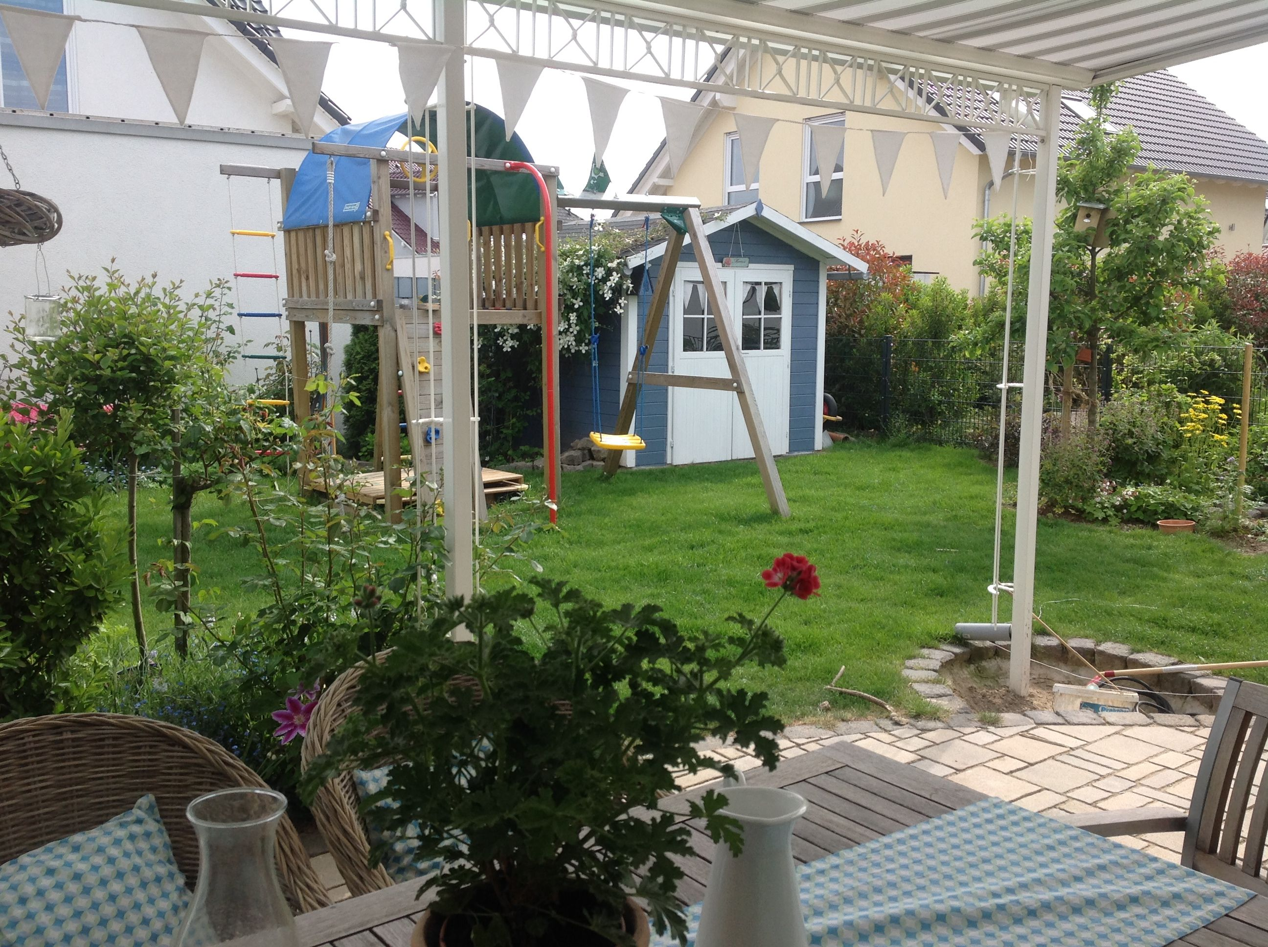 terrasse mit blick auf gartenhaus im reihenhausgarten | unser, Gartenarbeit ideen
