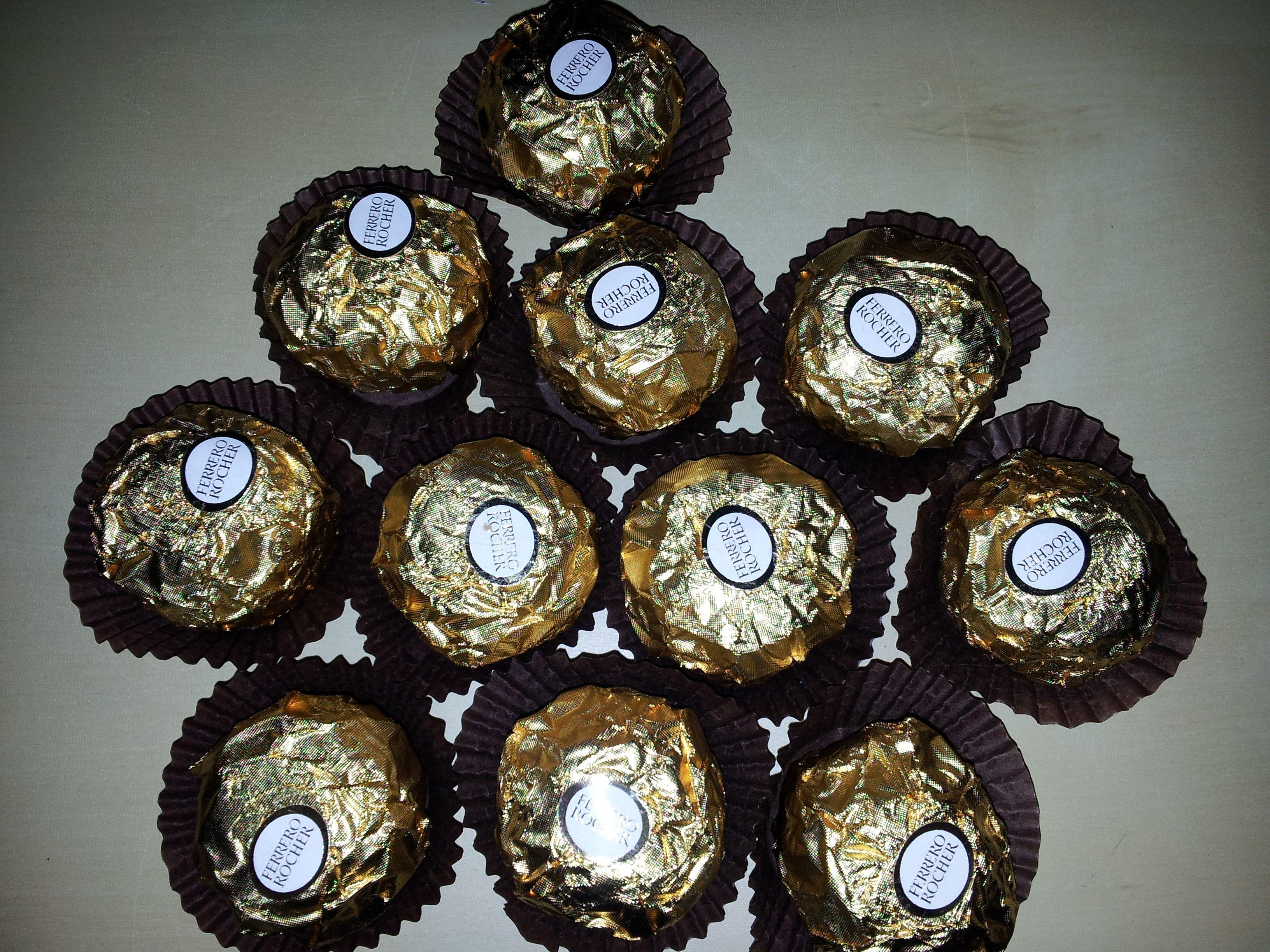Probe legen der Ferrero Rocher mit Papier