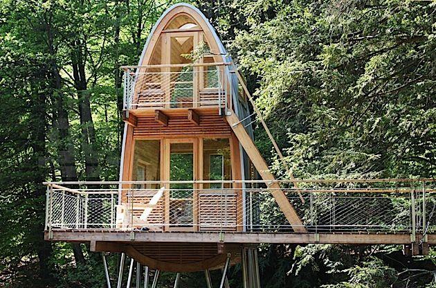 Ein ausgefallenes Baumhaus im Wald