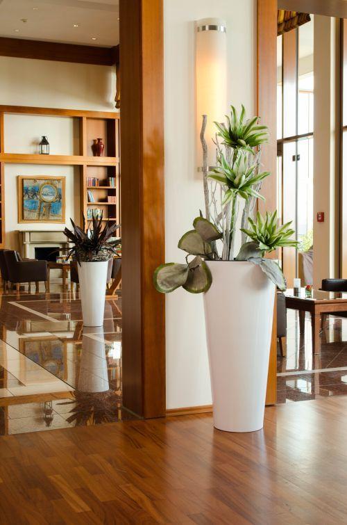 Pflanzkübel Fiberglas rund in Weiß Hochglanz in der Lobby und ...