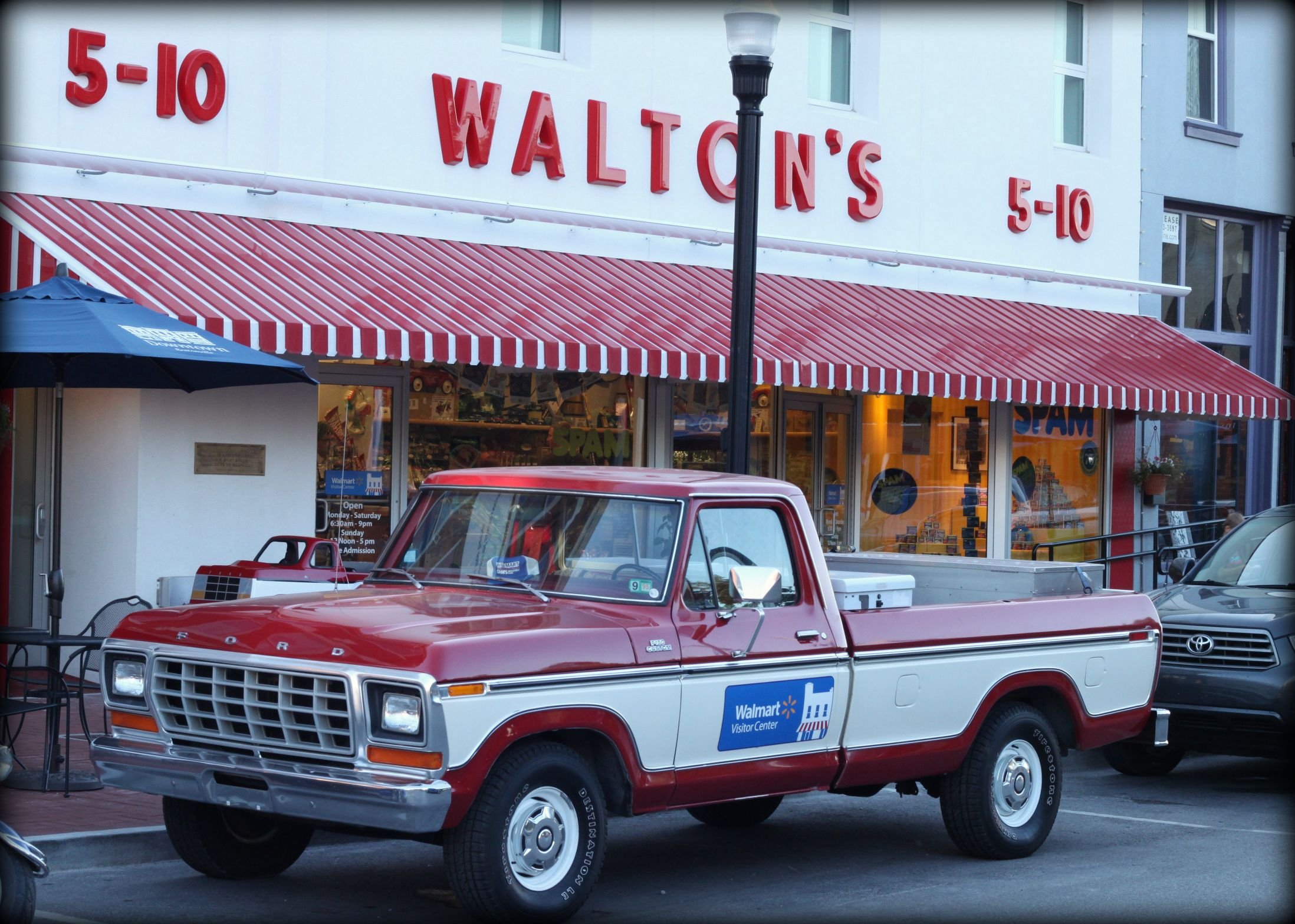 Sam Walton S First Store On The Bentonville Square In Northwest Arkansas Which Is Now A Museum Out Front Is A Replica Of The Bentonville Arkansas 1 Day Trip