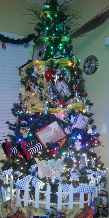 close up of my 2013wizard of oz christmas tree spins and starts at