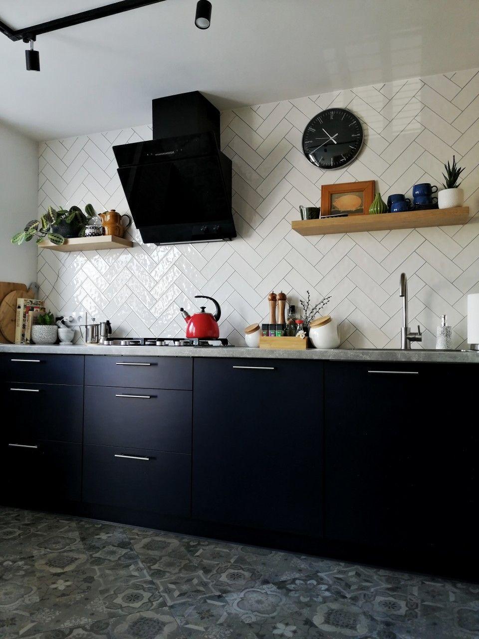 Granatowa Kuchnia Z Betonowym Blatem I Drewnem Kitchen Cabinets Kitchen Home Decor