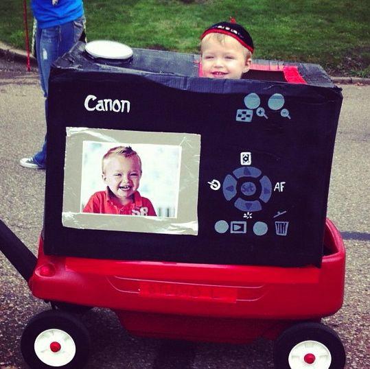 a handmade camera costume ¡Very creative and imaginative!  Disfraz cámara de fotos hecho en casa ¡Muy creativo e imaginativo!