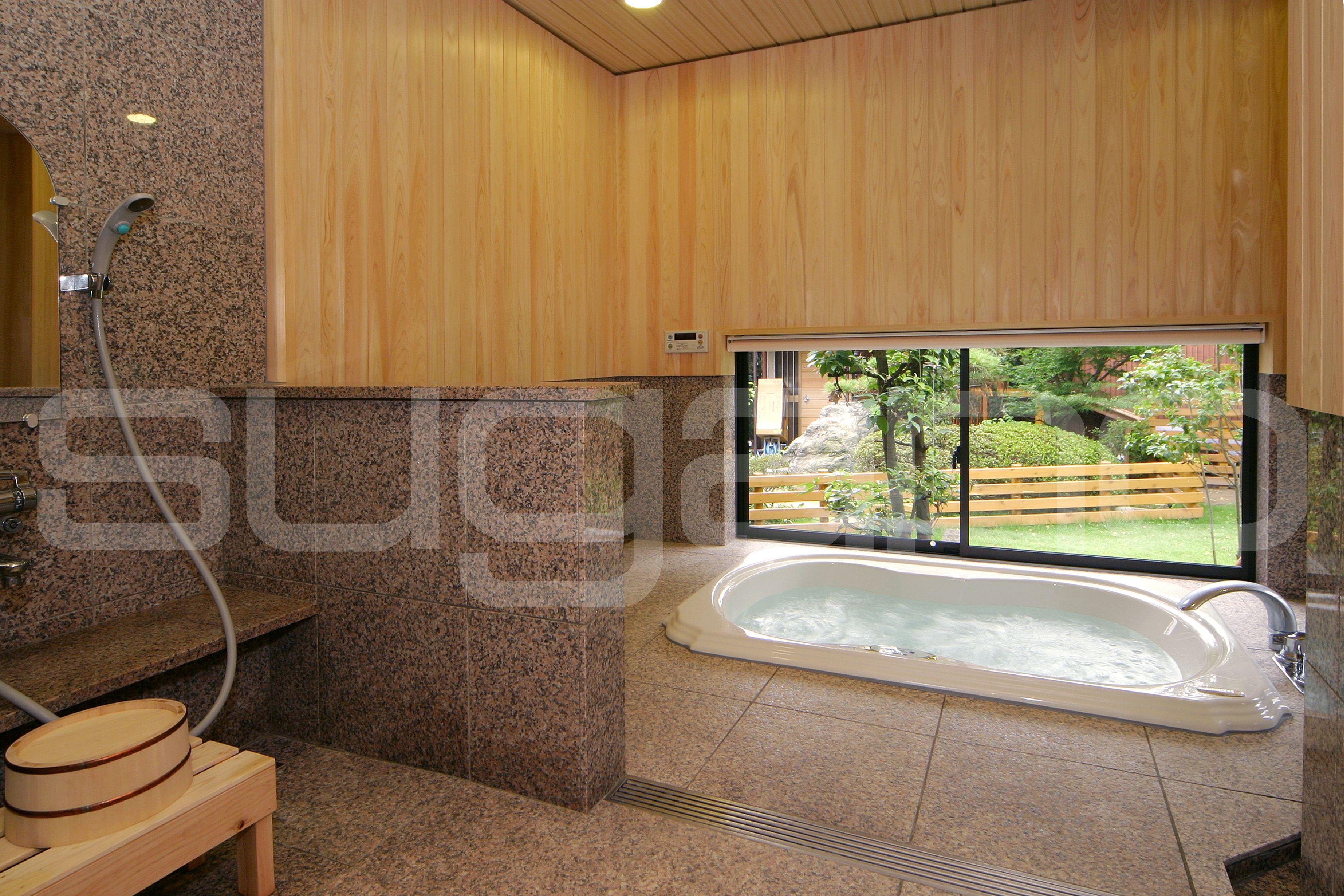 和風の浴室 桧の壁 地窓から眺める日本庭園 和風建築 和風住宅