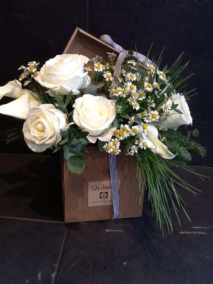 Caja de flores con rosas,calas y margaritas