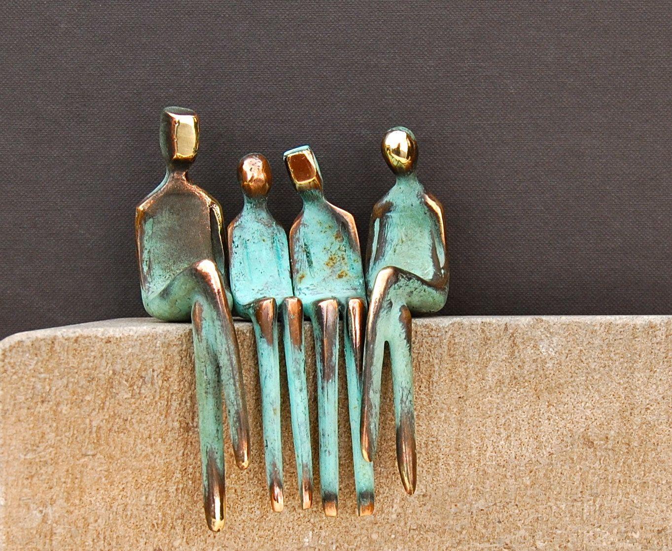 Photo of Vierköpfige Familie in Bronze, Die Figuren sind locker und nicht angemessen, sie …