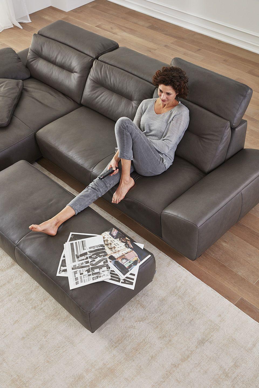 Mach Es Dir Auf Der Interliving Sofa Serie 4000 Im Leder Bezug Graphit Gemutlich Bauernhaus Wohnzimmer Dekor Sofa Sofa Sessel
