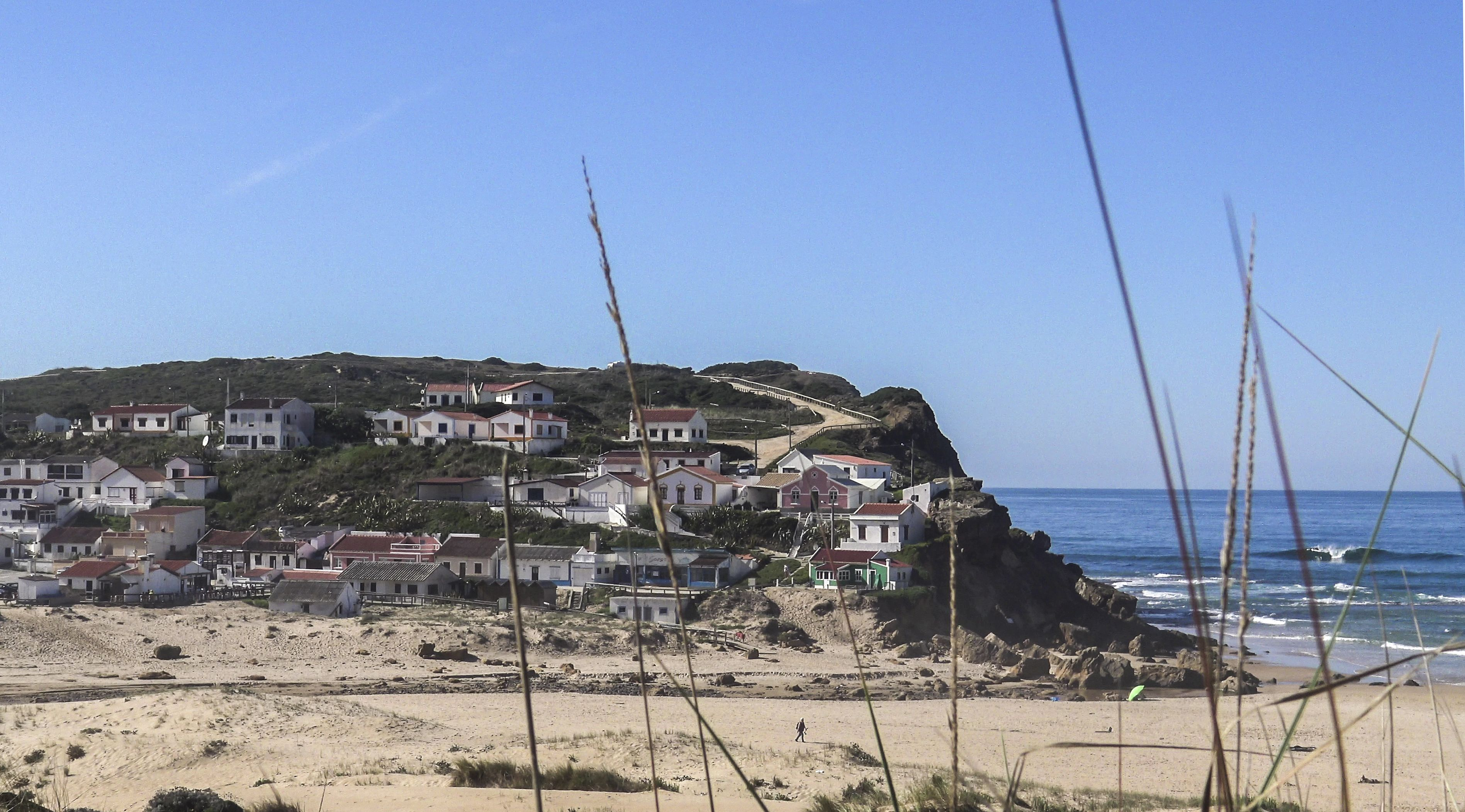 Just ten minutes away from Aljezur lies the sandy beach, Praia do Monte Clérigo, set in the low-lying hilly landscape of the Algarve region. On the way here you should definitely stop at the viewing platform. Algarve - Portugal