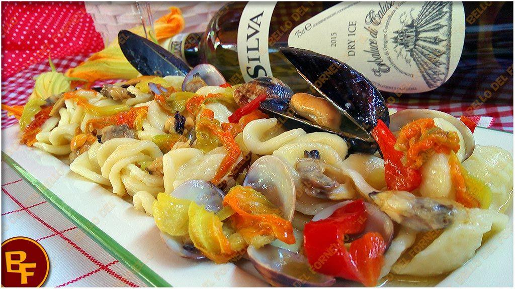 Orecchiette con frutti di mare e fiori di zucca